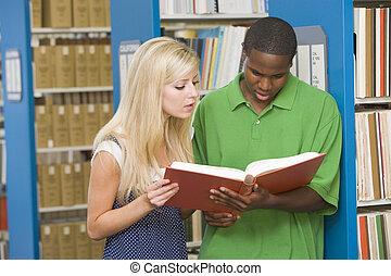 kvinde, bibliotek, field), (depth, læsning bog, mand