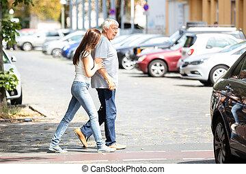 kvinde, bistå, hende, far, mens, krydsning, vej