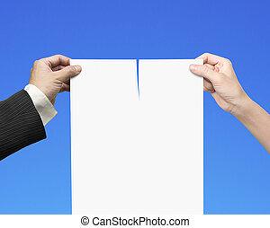 kvinde, blank, kontrakt, avis, hænder, rivende, mand