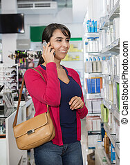 kvinde bruge bevægelig telefon, ind, apotek