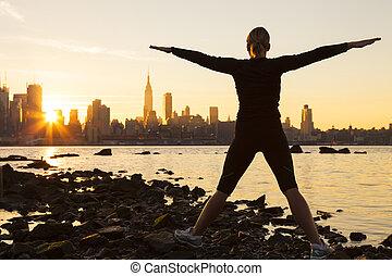 kvinde, exercising, hos, solopgang, skyline ny york city