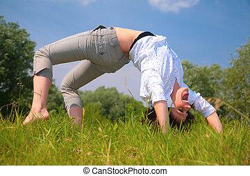 kvinde, gør, udøvelse, på, græs