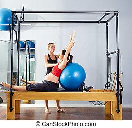 kvinde, gravide, reformer, fitball, pilates, udøvelse