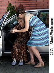 kvinde, hjælper, den, disabled, til få, ydre, i, den, automobilen