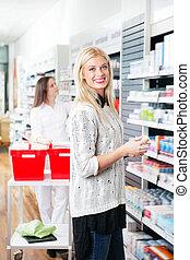 kvinde, hos, apotek, butik