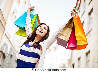 kvinde, hos, shopping bags, ind, byen