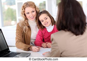 kvinde, ind, real-estate, agentur, hos, barnet