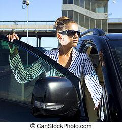 kvinde, ind, sort, sunglasses, nær, automobilen