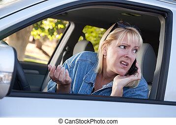 kvinde, kørende, vedrør, celle telefon, mens, bruge