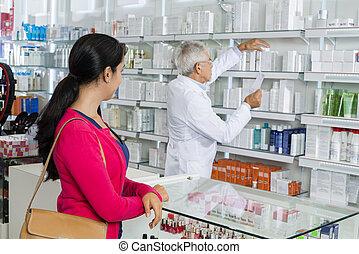 kvinde kigge, hos, apotekeren, ransager, by, medicin, ind, hylder
