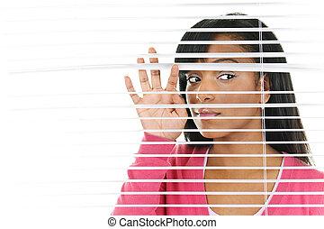 kvinde kigge, igennem, venetiansk blænder