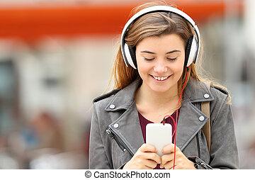 kvinde, lytte, musik, hos, hovedtelefoner, og, telefon