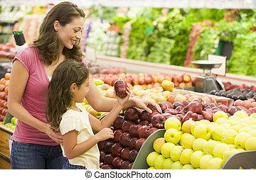 kvinde, og, datter, indkøb, by, æbler, hos, en,...