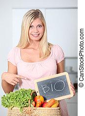 kvinde, organisk mad, holde, kurv, smil