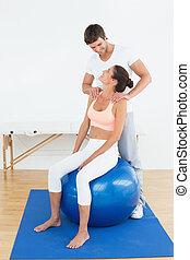 kvinde, på, yoga, bold, arbejder, hos, fysisk terapeut