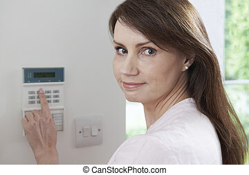 kvinde, sæt, styrepanel, på, security til hjem, system