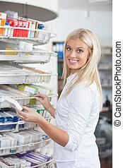 kvinde stå, ind, apotek, drugstore