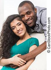kvinde, stemningsfuld, slapp, par, sofa., unge, hugging, indisk, afrikansk, smile mand
