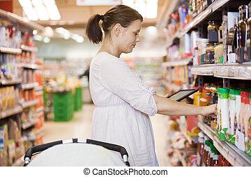 kvinde, tablet, midt-, supermarked, voksen, digitale, bruge