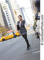 kvinde tales, på, celle telefon, ind, ny york city