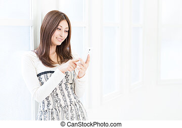 kvinde, til se, en, raffineret, telefon