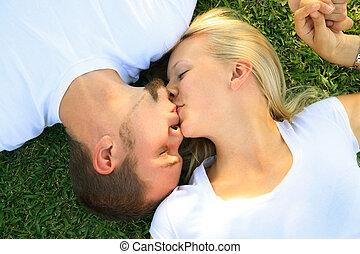 kvinde, to, dejlige, kyss, græs, kaukasisk, mand