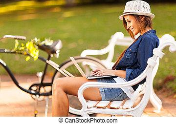 kvinde, unge, park, bruge laptop