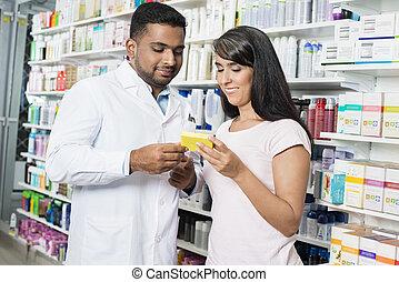 kvinde, viser, produkt, til, apotekeren, ind, apotek