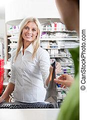 kvindelig, apoteker, hos, en, kunde, ind, apotek