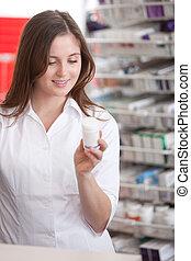 kvindelig, apoteker, læsning, information, på, medicin