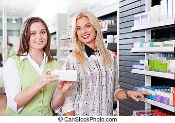 kvindelig, apoteker, tilkendegi, kunde, hos, apotek