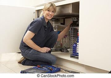 kvindelig, blikkenslager, arbejde på, synke, ind, køkken