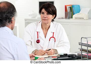 kvindelig doktor, hos, hende, skrivebord, hos, en, patient