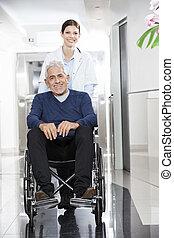 kvindelig doktor, skubbe, senior, patient, ind, hjul stol