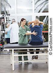 kvindelig, fysioterapeut, bistå, senior mand, ind, exercising
