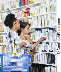 kvindelig, kammerater, kigge hos, produkter, ind, apotek