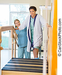 kvindelig, patient, er, assisterede, af, fysisk terapeut