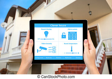 kvindelig rækker, greb, en, tablet, computer, hos, system, dygtige, hus, på, en, skærm, på, den, baggrund, i, den, hus