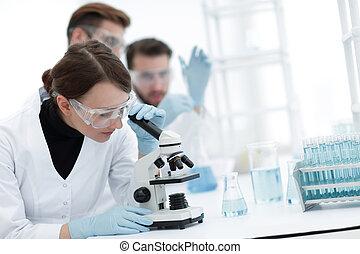 kvindelig, videnskabsmænd, kigge into, en, mikroskop