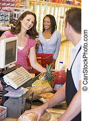 kvinder, betale, by, indkøb, hos, en, købmandsforretning...
