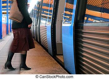 kvinder, boarding, en, tog