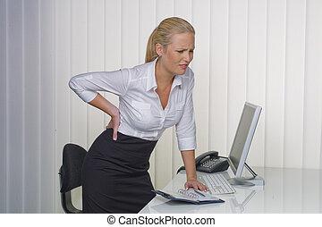 kvinder, ind, kontoret, hos, lavtliggende, smerte tilbage