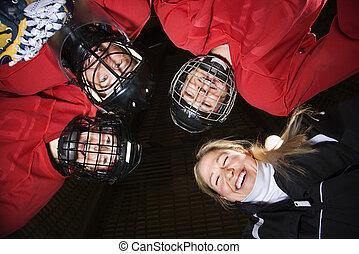 kvinder, spiller hockey, huddle.