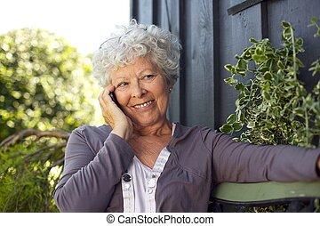 kvinna, äldre, påringning, tillverkning, lycklig