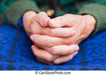 kvinna, äldre, räcker