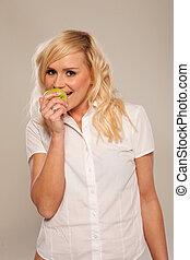 kvinna ätande, äpple, grön, le, blondin