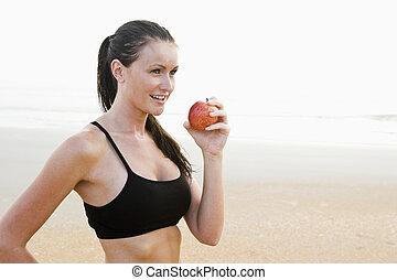 kvinna ätande, äpple, lämplig, hälsosam, ung, strand