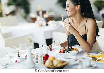kvinna ätande, attraktiv, restaurang