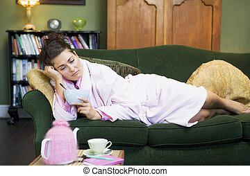 kvinna ätande, henne, ung, couch, sädesslag, lögnaktig