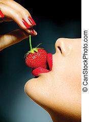 kvinna ätande, läpp, strawberry., sensuell, sexig, röd